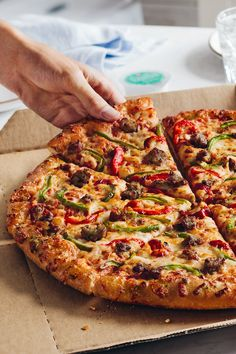 Get off all Domino's pizzas at menu price online from From classic cheese or pepperoni pizza, to gluten free, hand-tossed pizza, pan pizza… Pizza Recipes, Vegetarian Recipes, Cooking Recipes, Cooking Eggs, Domino Pizza, Pizza Facil, Sauce Pizza, Pizza Special, Chicken Pizza