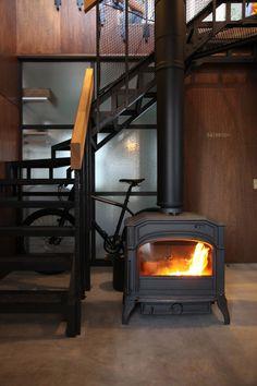 玄関土間に薪ストーブのある家 Foyer Staircase, Entrance Foyer, Stairs, Staircases, Hearth And Home, Wood Burner, Cafe Interior, Home Reno, Tiny House