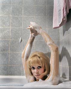 """1966. Très gentiment l'actrice française Mireille Darc nous reçoit pour un clos up, dans sa baignoire recouvert de bain moussant . Elle vient de tourner dans """"ne nous fâchons pas"""" de Georges Lautner et dans """" Du rififi à Panam"""" de Denys de La Patelliere. Photo : Philippe le Tellier/Paris-Match."""
