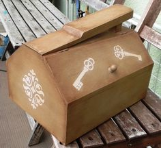 Shoe shine box - Painted with FolkArt Home Decor Savannah paint, tha pattern painted with Willow Mist color. Used antique wax after.