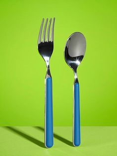 Instant Fun: Quick & Easy Activities for Kids: Balance a Fork and Spoon in Midair (via FamilyFun Magazine) Summer Science, Science For Kids, Games For Kids, Diy For Kids, Crafts For Kids, Mad Science, Family Games, Science Experiments, Easy Card Tricks