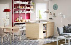 Acrescente uma cozinha escandinava moderna ao centro da sua cozinha, espaço de refeição e sala em plano aberto, com as portas e a arrumação aberta ASKERSUND em freixo.