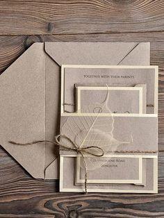 ブラウンの用紙で統一されている、シンプルでシックな招待状です。透け感のある葉っぱを添えることで、やわらかさを加える工夫が。
