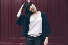 como usar quimono com a kimonaria, alfaiataria, preto, couro, flores no cabelo