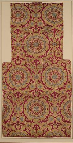 Silk Fragment with Circular Rosace-like Floriate Medallions, first half 16th century  Silk, metal wrapped thread; lampas (kemha)