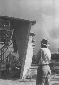 Latin America in Construction: Architecture 1955 1980, MoMA 2015. Eladio Dieste en la obra de la iglesia de Atlántida. Foto: Marcelo Sasson