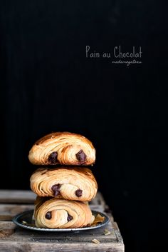 Il Pain au chocolat è una delle paste dolci Italian Pastries, French Pastries, Sweet Recipes, Real Food Recipes, Chocolat Recipe, Chocolate Babka, Chocolate Croissants, Pastry Cook, Candy Drinks