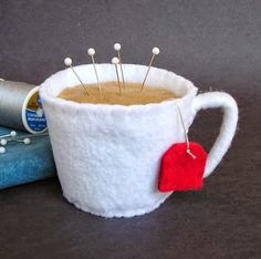 Emery Pincushion / Pin Cushion Felt Cup of Hot Tea por dottyral Felt Crafts, Fabric Crafts, Sewing Crafts, Diy And Crafts, Sewing Projects, Needle Book, Needle Felting, Felt Pincushions, Felt Food