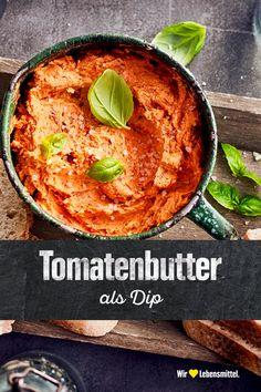 Selbst gemachte Tomatenbutter bietet nicht nur als Brotaufstrich Abwechslung in der Küche. Mithilfe unseres Rezepts kreierst du aus Tomaten, Basilikum, Knoblauch und Butter auch eine leckere Würzpaste für Fleisch oder Nudeln. #edeka #aufstrich #gemüse #gewürze #rezept Dips, Chutney, Hummus, Pesto, Dressing, Snacks, Healthy, Ethnic Recipes, Table