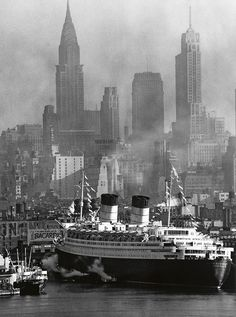 Queen Elizabeth at its Maiden Voyage in New York Harbor - NYC, 1940 New York Pictures, Old Pictures, Old Photos, Vintage Photos, Photo New York, Queen Mary, Queen Elizabeth, New York Harbor, Vintage New York