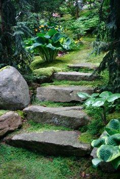 Schodiště anebo jednotlivé stupně budujeme v zahradách proto, abychom snadněji překonávali výškové r