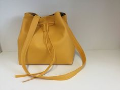 GONANISSIMA: Sewing a leatherette bucket bag – Tuto Couture Ma … Source by mariathereselio Diy Bags Purses, Diy Purse, Diy Bag Making, Drawstring Bag Diy, Wallets For Girls, Simple Bags, Fabric Bags, Bucket Bag, Friday