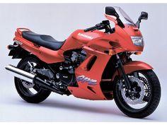 """ชื่อรุ่น: GPZ1100 บริษัทผู้ผลิต: KAWASAKI โฉมปี: มีนาคม 1995  ถูกพัฒนาตามแนวคิด """"การผสม"""