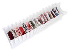 Organizador de meias e calcinhas, tamanho grande com 16 divisórias, feito de tnt branco e divisórias de plástico cristal. Perfeito para colocar suas calcinhas e meias na gaveta, deixando-as separadinhas e organizadas! Super prático!