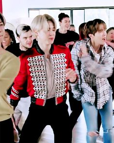 Foto Jungkook, Bts Bangtan Boy, Bts Jimin, Bts Members, Hello Gorgeous, Bts Video, Korean Outfits, Serendipity, Karaoke