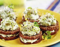 Maleńkie kanapki, w sam raz na jeden kęs, to doskonały pomysł na wiosenną przystawkę. Dekoracyjnie ozdobione będą się pięknie prezentowały na stole. Sprawdzą się również jako apetyczne śniadanie.