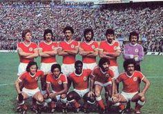 SL Benfica na época de 1978/79. Em cima: Eurico, Bastos Lopes, Alhinho, Humberto Coelho, Toni e Bento. Em baixo: João Alves, Shéu, Reinaldo, Chalana e Pietra.