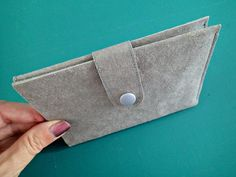 Minimalist Kraft Tex Wallet | This easy DIY wallet is great for men and women!