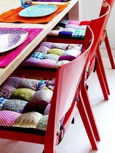 Coussins de chaises formés de mini-coussins assemblés en patchwork