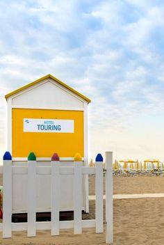 Italien, Nordadria, Caorle Ponente. Hotel Touring, Urlaub in Italien, Sommer am Meer, Hotel mit Pool, direkt am Strand.