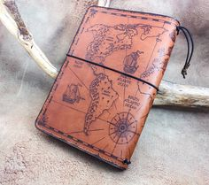 World Map leather journal, fauxdori, book cover with pyrography Leather Book Covers, Leather Books, Leather Cover, Leather Notebook, Leather Journal, Leather Dye, Leather Craft, Leather Tobacco Pouch, Leather Engraving