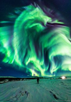 Dragon Aurora over Iceland Have you ever seen a dragon in the sky? Although real flying dragons don't exist, a huge dragon-shaped aurora developed in the sky over Iceland earlier this month. Aurora Borealis, Aurora Iceland, Ciel Nocturne, Astronomy Pictures, Advantages Of Solar Energy, Green Dragon, Night Skies, Belle Photo, Vacation Places