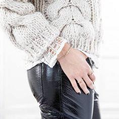 pull maille pantalon vinyle blouse dentelle trois matires tendances porter ensemble