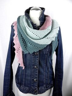 This hand-knitted triangular scarf has an elongated, asymmetrical shape. This hand-knitted triangular scarf has an elongated, asymmetrical shape. One side of the cloth has Poncho Knitting Patterns, Shawl Patterns, Knitting Socks, Knitting Designs, Hand Knitting, Crochet Patterns, Knitted Shawls, Knitted Blankets, Crochet Fall