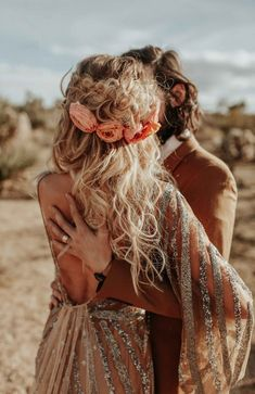 Rose Gold Joshua Tree Wedding Inspiration is Like a Boho Glam Fever Dream Perfectly messy hair with a crown braid adorned with flowers is stunning on this boho bride Boho Hairstyles, Wedding Hairstyles, Hairstyle Ideas, Joshua Tree Wedding, Wedding Braids, Bohemian Bride, Bohemian Weddings, Wedding Hair And Makeup, Boho Wedding Hair Updo