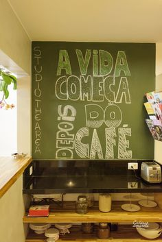 Parede de lousa no cantinho do café. Ideias diferentes do Studio The Area: -uma nova forma de empreender e montar um escritório de design com o trabalho colaborativo;