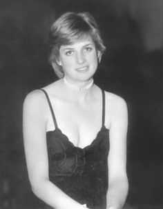 Amidst the splendour of the stately Althorp House Diana added her own touch of glamour with what became one of her trademarks - pearls. Diana poses for her father in the hallway of Althorp House before a ball in Lady Diana Spencer, Spencer Family, Charles Spencer, Elizabeth Ii, The Heir, Isabel Ii, Diane, Prince Of Wales, Royalty
