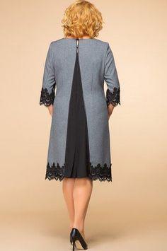 """Платье женское """"А"""" силуэта относится к коктельным платьям, длиной за колено. Перед с двумя нагрудными вытачками, со средним швом, с двумя прорезными карманами вертикальными с листочками с втачными концами. Спинка с двумя талиевыми вытачками и средним швом, в котором обработаны декоративная вставка из отделочной ткани с одной встречной складкой. Срезы среднего шва спинки окантованы. Вверху среднего шва разрез, на котором зафиксированы три декоративных пуговицы. Верхняя пуговица застегивается…"""