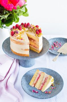 SUGARTOWN: Dort s růžovou rebarborou, kávovo-karamelovým krémem a pistáciemi/Pistachio sponge cake with rose water roasted rhubarb and raspberries, coffee and caramel frosting and caramelised pistachios