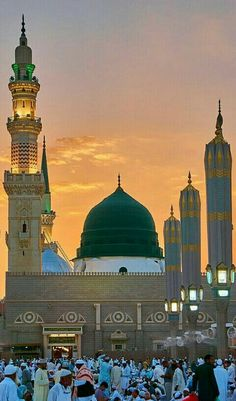 Prayer or Salah is the second pillar of Islam and someone could not become a practical Muslim unless he/she performs it five times a day. Al Masjid An Nabawi, Masjid Haram, Mecca Masjid, Mecca Wallpaper, Islamic Wallpaper, Islamic Images, Islamic Pictures, Islamic Quotes, Islamic Art