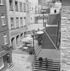 Vue de l'escalier Casse-Cou une année après les travaux de rénovation réalisés en 1968. Quebec Montreal, Quebec City, Canada, Chute Montmorency, Chateau Frontenac, Le Petit Champlain, Belle Villa, Vintage Photography, Vintage Photos