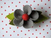 Totally Tutorials: Tutorial - How to Make a Felt Flower Hair Clip.  Very Cute!  Bow Dazzling Volunteers, please use an alligator clip instead.