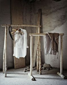 Wabi Sabi Art + Design from a Scandinavian perspective Natural elegance Scandinavian modern Harmonious style Creative spaces Clever DIY Tutorial Wabi Sabi, Rustic Outfits, Turbulence Deco, Displays, Interior Minimalista, Diy Inspiration, Interior Inspiration, Garment Racks, Decoration