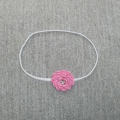 Headband para bebê feito em elástico, com flor de crochê e strass. <br>Tamanho indicado: 6 a 9 meses.