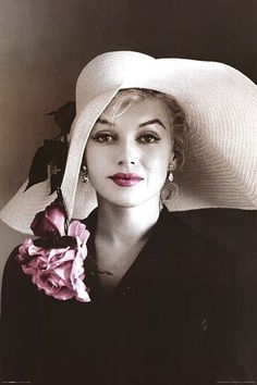 Beautiful picture of Marilyn in a timeless straw hat.