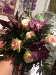 Bukett av roser, vanda, pistasj og eucalyptus