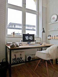 großer Schreibtisch am Fenster, tolle Tapete!