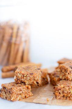 YES! Tijd voor een raw, no-bake carrot cake. Deze draai je supersnel in elkaar en je hebt er maar zes ingrediënten voor nodig. Let's go!