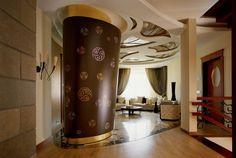 Огромная колонна покрыта сусальным золотом и круглыми фрагментами, напоминающими индийские символы.