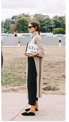 The Best Street Style From Paris Fashion Week. The Best Street Style From Paris Fashion Week. Fashion Mode, Minimal Fashion, Look Fashion, Womens Fashion, Fashion Trends, Trendy Fashion, Fashion Stores, Fashion Lookbook, Net Fashion