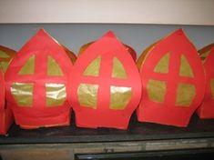 evt met gekleurd crepepapier ruitjes opvullen (mooi effect!) St Nicholas Day, All Things Christmas, Presents, The Incredibles, School, Buggy, Children, Winter, Carnival