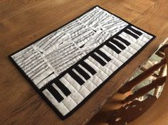 make as a runner Quilted piano key place mat. Small Quilt Projects, Quilting Projects, Quilting Designs, Sewing Projects, Table Runner And Placemats, Quilted Table Runners, Quilt Placemats, Mug Rug Patterns, Quilt Patterns