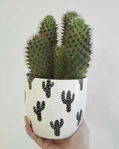 Vases – Home Decor : DIY cactus patterned flower pots with permanent markers -Read More – Cacti And Succulents, Planting Succulents, Planting Flowers, Cacti Garden, Decoration Cactus, Cactus E Suculentas, Deco Originale, Plants Are Friends, Deco Floral