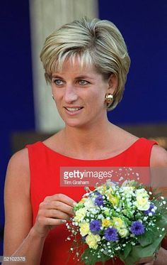 Diana, Princess of Wales wore a red shift dress during a visit to the Northwick Park Hospital in Harrow, London, where she unveiled a foundation stone for the children's casualty department. Princess Diana Family, Princess Diana Pictures, Princess Of Wales, Short Hair Cuts For Women, Short Hair Styles, Short Wedge Hairstyles, Diana Haircut, Gisele Bündchen, Corte Y Color