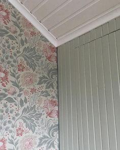 """185 gilla-markeringar, 39 kommentarer - Gravmark 94 Behöver Vår Kärlek (@gravmarkstorpet) på Instagram: """"Är riktigt förtjust i färgkombination. Tycker lackfärgen och tapeten gifter sig ypperligt ihop. Nu…"""" Wood Bedroom, Bedroom Decor, Bedroom Inspo, Windsor House, Scandinavian Living, Cottage Style, My Dream Home, Decoration, Sweet Home"""