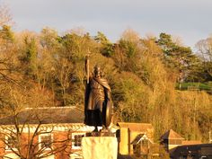 The statue of King Alfred the Great (king of Wessex who stopped the Vikings' invasion in the IX century) looks stunning from his pedestal!